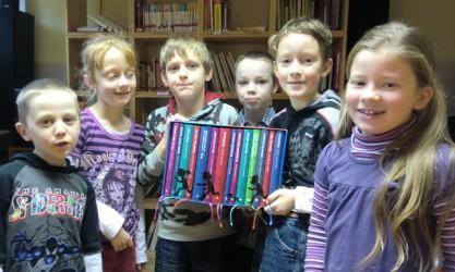 """Die Kinder der KITA Pusteblume mit dem Buchpreis der """"Stiftung Lesen"""""""